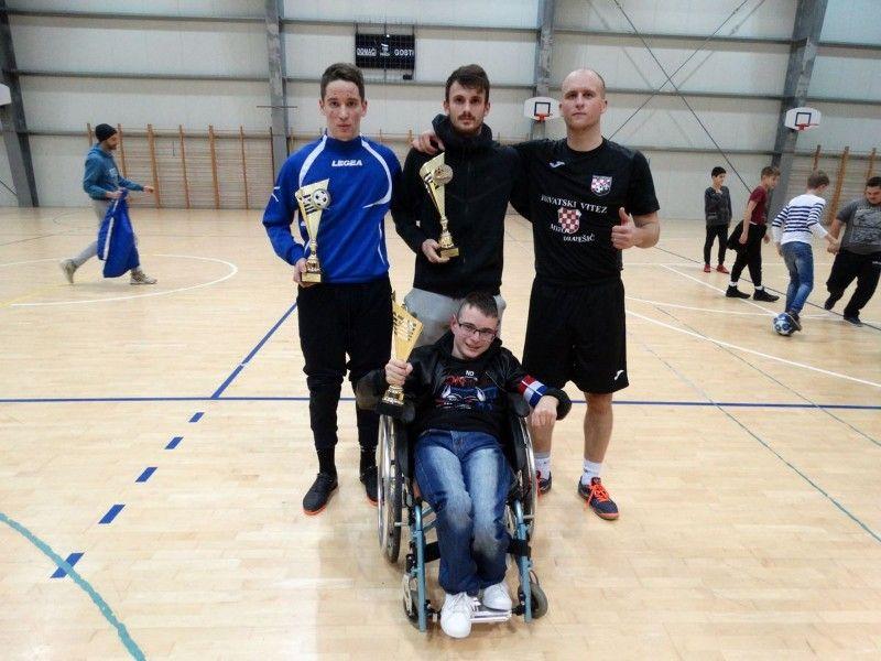 Najbolji pojedinci seniora s lijeva na desno - najbolji vratar turniraMate Stojanov(Drage),najbolji -800x600