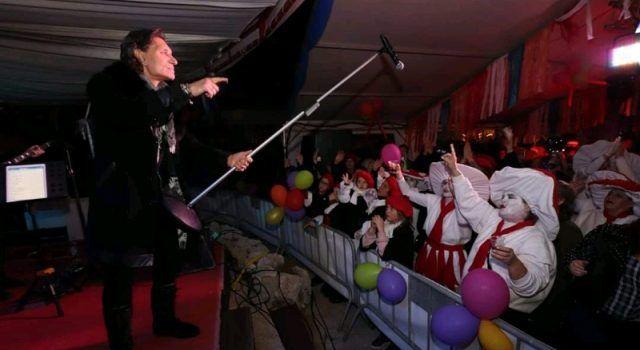 VIRSKIM MAŠKARAMA PREDANA VLAST Za pjesmu i ples pobrinuo se Stavros