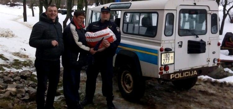 Policajci odnijeli hranu i lijekove obitelji okruženoj snijegom kod Gračaca