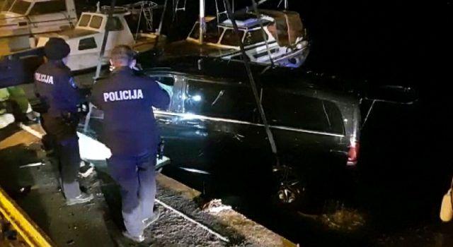 VIDEO Mercedes sletio u more, vozač spašen, a braća Deur izvukla vozilo