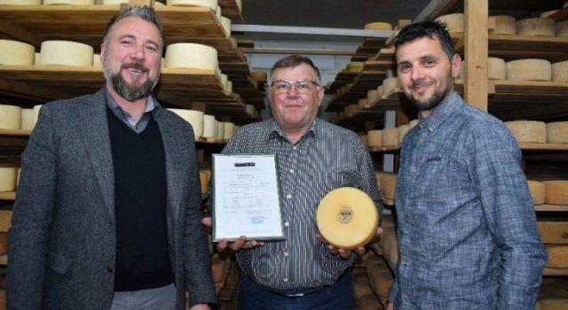 Paški sir MIH sirane Kolan dobio prvi certifikat za Paški sir od Biotechnicona