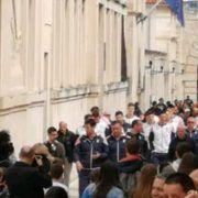 Sunčan dan privukao ljude u grad; Stigli i rukometni reprezentativci