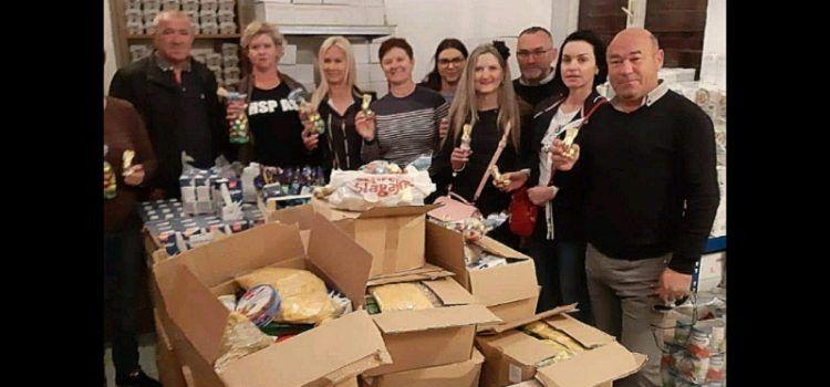 Članovi HSP AS donirali pakete uskršnjih pogača i slatkiša za siromašne sugrađane!