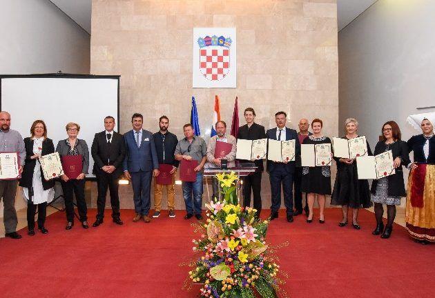 GALERIJA Svečano obilježen Dan grada Paga; Priznanja dobili zaslužni građani