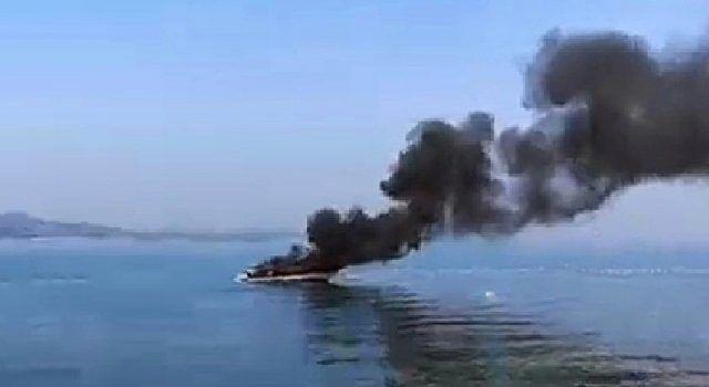BIBINJE Zapalio se gliser, vozač skočio u more