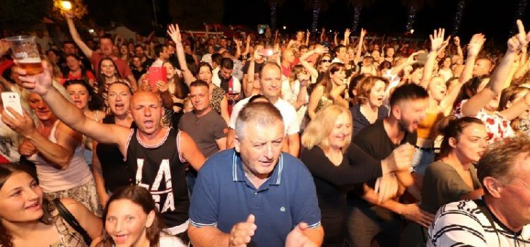GALERIJA Koncertom Prljavog kazališta uz brojne goste otvoreno Virsko ljeto!