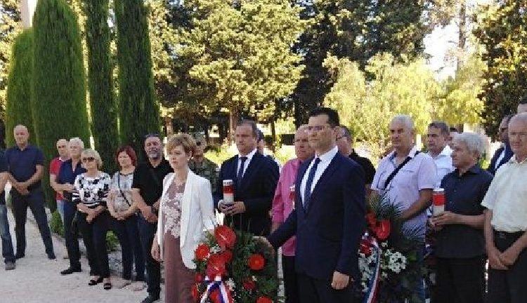 Povodom Dana državnosti položeni vijenci i zapaljene svijeće za poginule hrvatske branitelje
