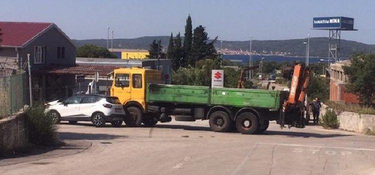 FOTO Sudarili se kamion i osobni automobil, vozač prevezen u bolnicu