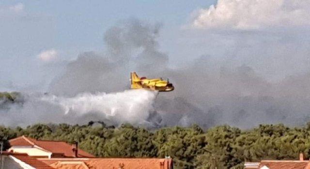 Vatrogasci danas gasili 10 požara po Zadarskoj županiji; Gasio je i kanader