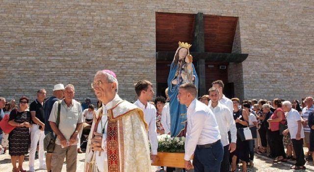 Nadbiskup Puljić predvodio misno slavlje i procesiju za Veliku Gospu u Škabrnji