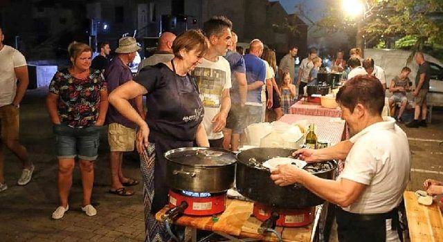 GALERIJA 'Naša pisma, naši gušti' u Bibinjama – nastup grupe Dilema