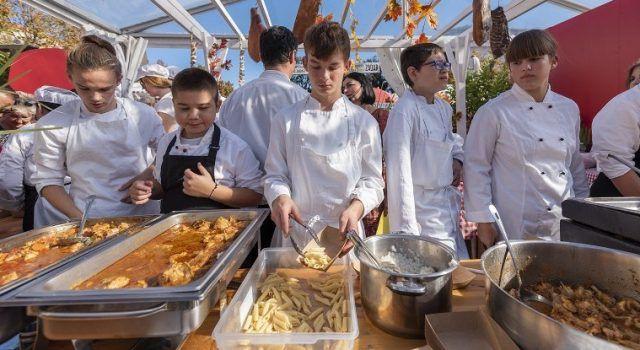 GALERIJA Zadrani uživali u jelima od pulastra, sutra jela od teletine i svinjetine