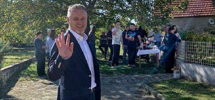 Thompson slavi 53. rođendan, pozvao mještane u svoju kuću na proslavu