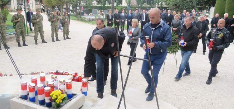 GALERIJA Na Gradskom groblju položeni vijenci u spomen na poginule branitelje