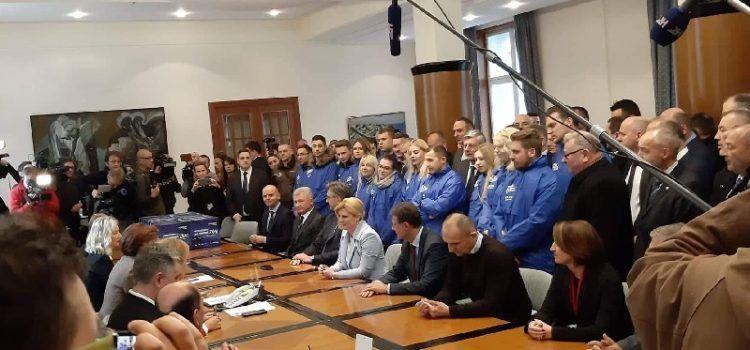 PODRŠKA Zadarski pravaši iz HSP dr. Ante Starčević uz Kolindu pri predaji potpisa