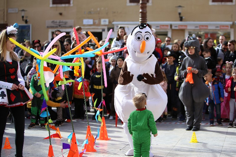 Šareni maskograd dječji karneval na Narodnom trgu 22.02.2020, foto Fabio Šimićev 20-800x533