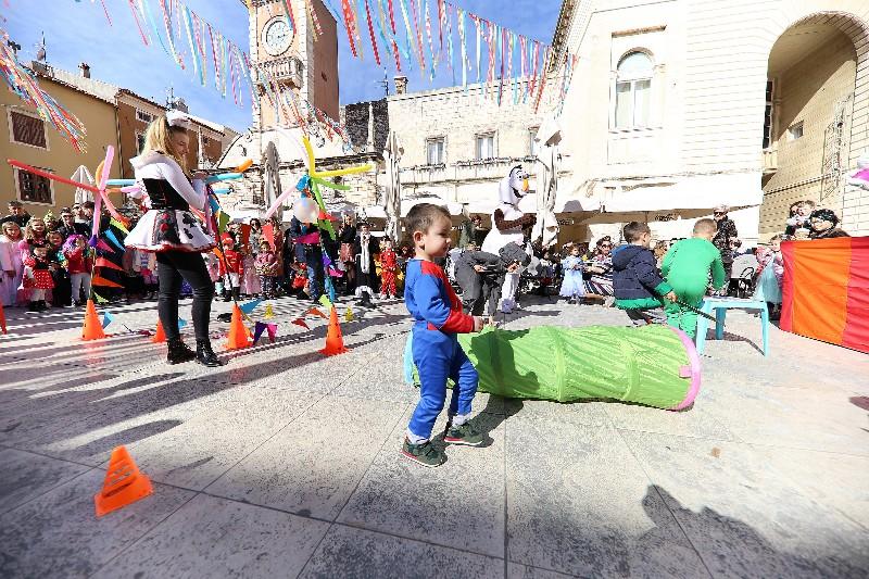 Šareni maskograd dječji karneval na Narodnom trgu 22.02.2020, foto Fabio Šimićev 43-800x533