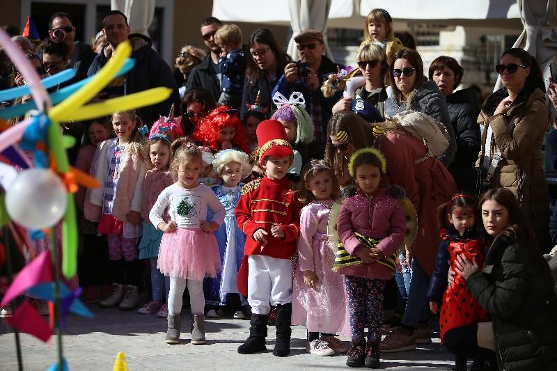 Šareni maskograd dječji karneval na Narodnom trgu 22.02.2020, foto Fabio Šimićev 47-800x533