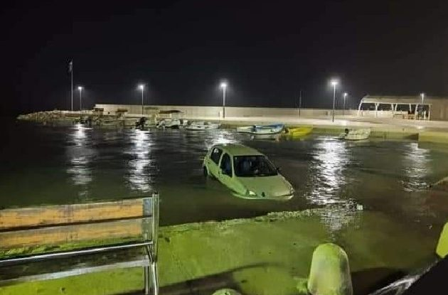 Zbog olujnog nevremena i jakog vjetra automobil u Petrčanima završio u moru