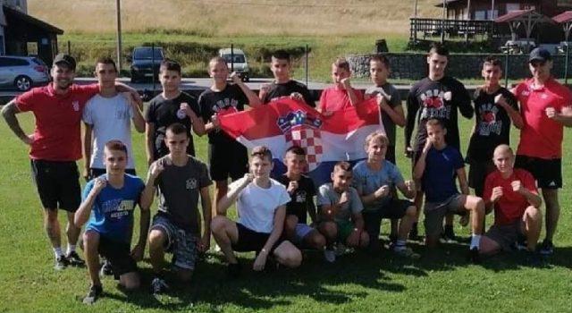 Mladi boksači iz Zadra i trener Niko Marketin pripremaju se za natjecanja