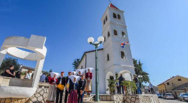 Blagoslovljen obnovljeni zvonik župne crkve Sv. Luke u Kolanu