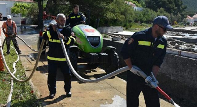 Vatrogasci, djelatnici Čistoće i Nasada pomagali sanirati štetu od plimnog vala na otoku Istu