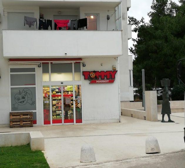Motociklom oborio ženu ispred trgovine na Belafuži i otišao, policija ga traži