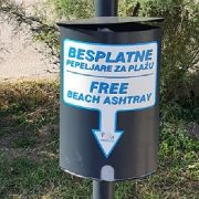 Postavljene besplatne pepeljare na gradskoj plaži Prosika u Pagu