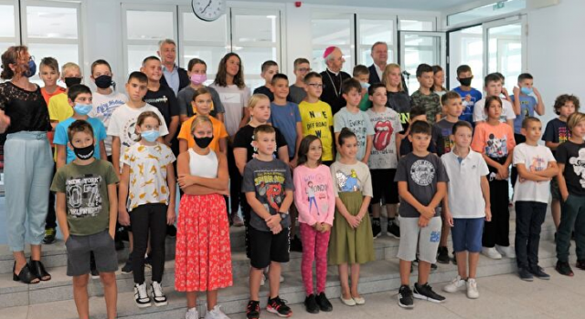 Nadbiskup Puljić blagoslovio Katoličku osnovnu školu na Novom Bokanjcu